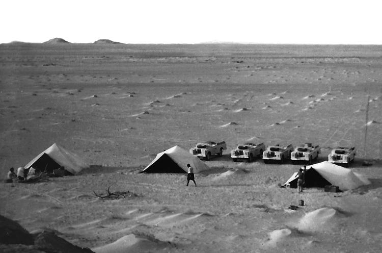 05-10b.- Patrulla acampada. Tres benias, mando, nativos y europeos. Foto: Vicenc Jou. Auserd, 1971-1972