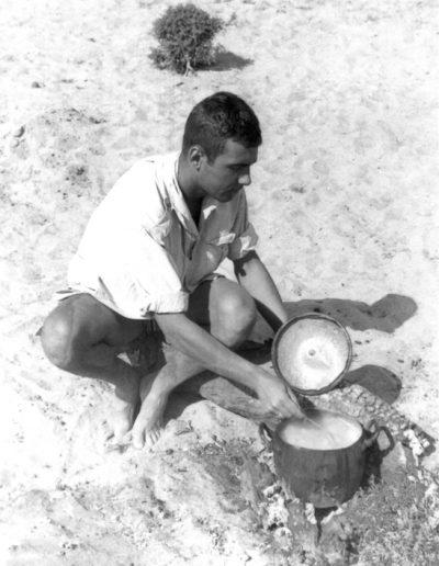 06-01.- Guisando el rancho patrullero. Cocina con vistas, amplia y ventilada. Foto: Salvador Alfonso Alarcón. Zona de Smara, 1969-1970