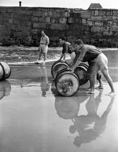 06-03a.- Bidones de intendencia. ¿Vacio? ¿Llenos de agua o de gasoil?. Foto: Joan Bordas. Villa Bens, 1957