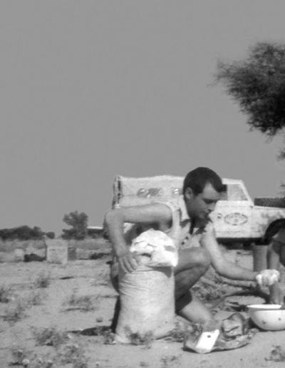 06-08a.- El milagro del pan en el desierto. Amasando... Foto: Roberto Maseda. Smara, 1969-1970