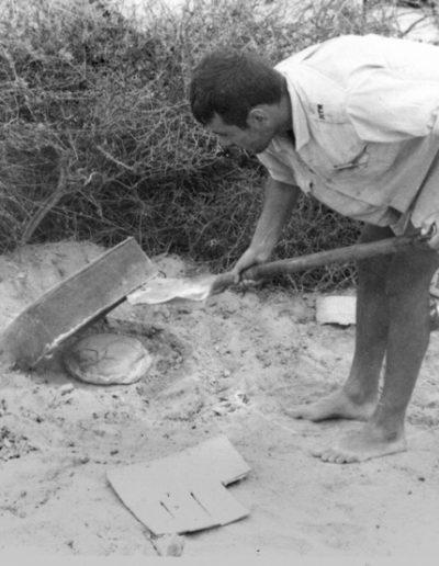 06-08b.- El milagro del pan en el desierto. Horneando... Foto: Salvador Alfonso Alarcón. Zona de Smara, 1969-1970