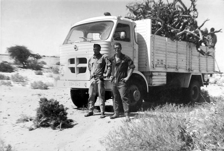 06-09.- El camión bien cargado de leña. Preciado combustible para sobrevivir en el desierto. Foto: Manuel Garrido. El Aaiún, 1971- 1972