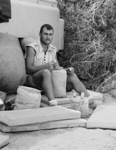 06-10a.- Nómada de patrulla. Es la hora de comer. Foto: Roberto Maseda. Zona de Smara, 1968-1969