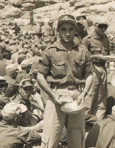 06-11.- Esperando el rancho en La Saguiat el Hamra. Foto: Marín Cerván. 1962-1963