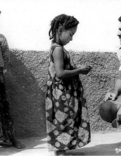 07-01.- Conversando con los guayetes Foto: Miguel García. Aargub, 1970-1971