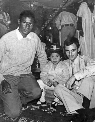 07-05a.- Con el policía territorial Abdelahe y su hijo Foto: Blas Collado. El Aaiún, 1971