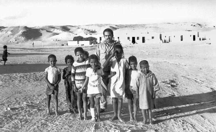 07-05b.- Con un grupo de niños saharauis Foto: Ricardo Llorente. El Aaiún, 1970-1971