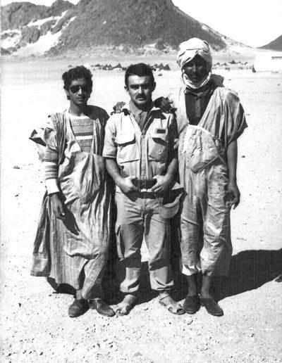 07-07a.- Con dos amigos nativos Foto: Gregorio Ortega. Auserd, Noviembre 1973
