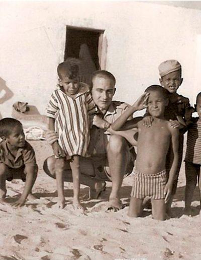 07-08.- Zopeque rodeado de guayetes. Foto: J. L. Brugal Zopeque. Bir Nzarán, Octubre 1972