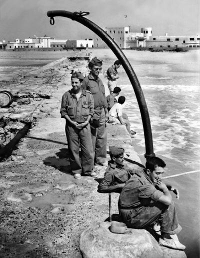 08-07a.- Gastando mili en el espigón. Foto: Joan Bordas. Villa Bens, 1957
