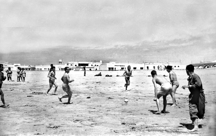08-07c.- Futbol en la playa Foto: Joan Bordas. Villa Bens, 1957