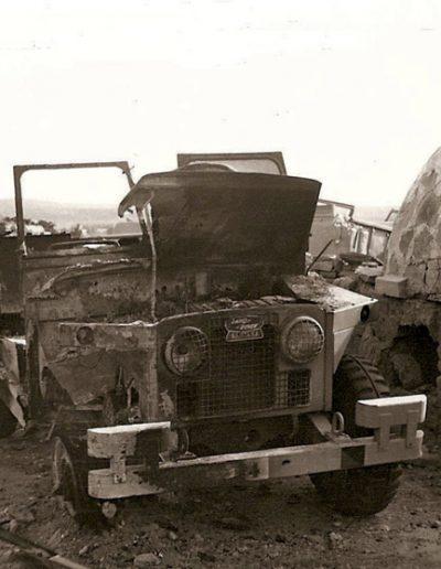 09-01.- Land Rover incendiado en el ataque a Hausa Foto: Joan Casals. El Aaiún. Parque y Talleres, 1975