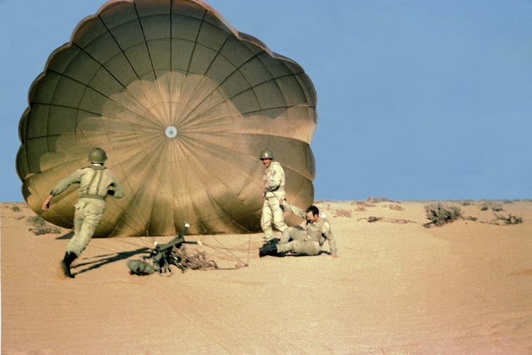 09-03b.- Descenso accidentado Foto: Julián Ramírez . Algún lugar del Sáhara, 1974-1975