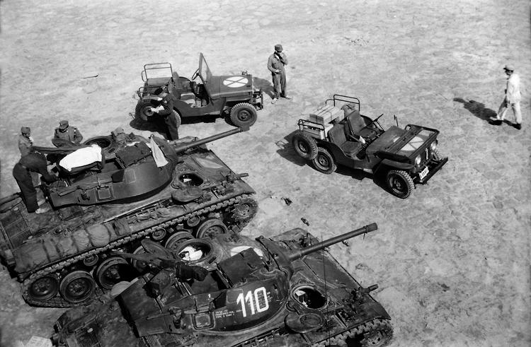 09-07b.- Carros de combate M-24 y vehículos Jeep Willys 4x4 Modelo CJ-3A Foto: Joan Bordas. Villa Bens, 1957