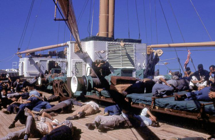 """10-1.- Regreso a casa en el """"Ciudad de Cádiz"""" con escala en Sidi Ifni para recoger a los últimos Tiradores de Ifni Foto: Juan Armendariz. 22-26 de Septiembre de 1968"""
